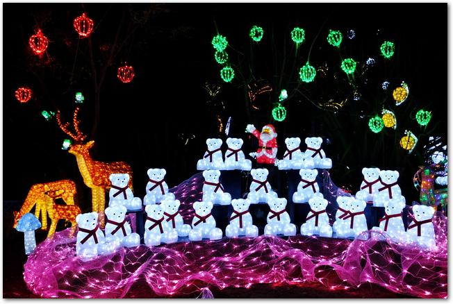 サンタとトナカイとくまがライトアップされたクリスマスの神戸イルミナージュ