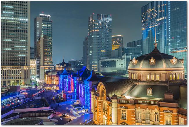 東京駅イルミネーションの様子と周辺ビルの夜景