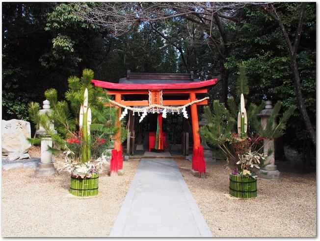 神社の鳥居の前に門松が置いてある光景