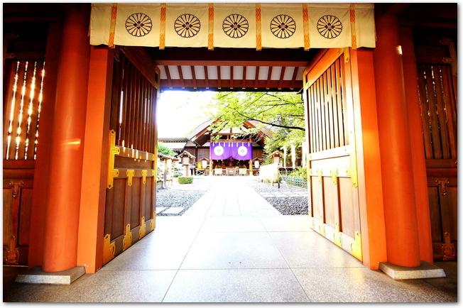 東京大神宮の神門から社殿を臨む風景