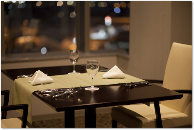 夜景の見えるレストランの店内