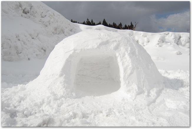 雪の中に作られたかまくらの様子