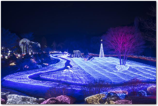 るり渓の青を基調としたライトアップの様子