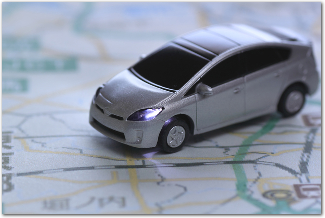 地図の上をドライブするミニカー