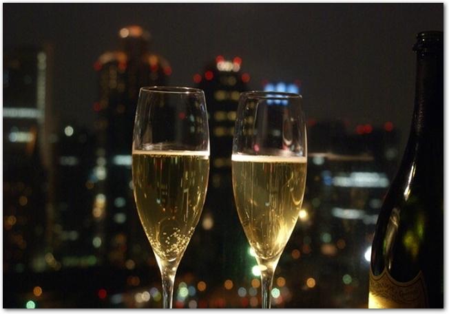 ワイングラスと夜景