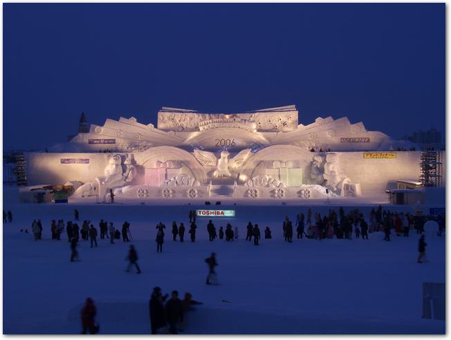 旭川冬まつりのライトアップされた雪像の様子