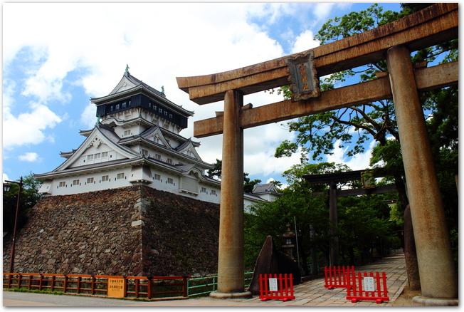 小倉城と八坂神社の鳥居の様子