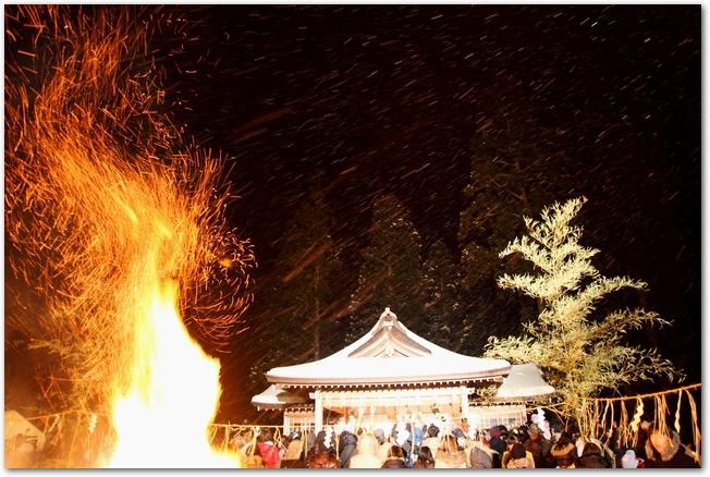 なまはげ祭りで神社の境内で火が燃える様子