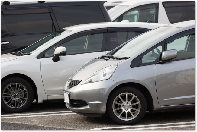 駐車場に並ぶ自動車の様子
