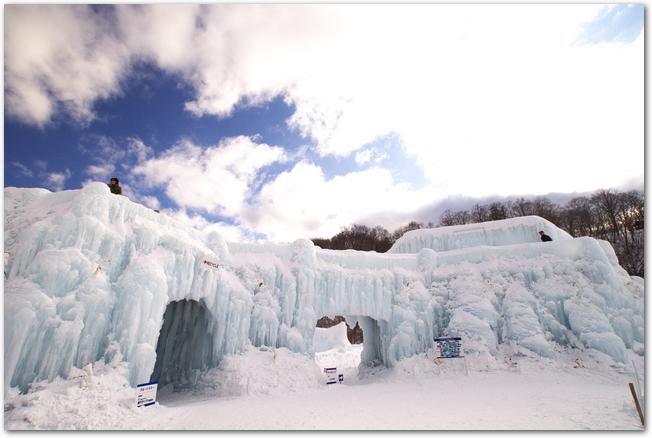 層雲峡氷瀑まつりの氷像のオブジェが並ぶ様子