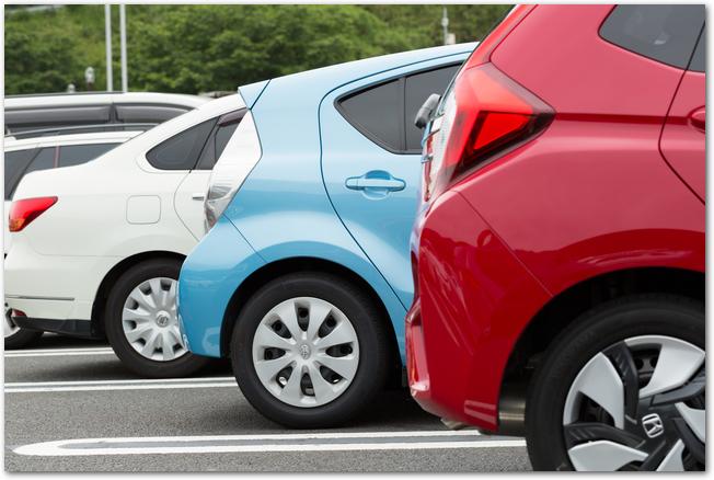 駐車場に停まるたくさんの車の様子
