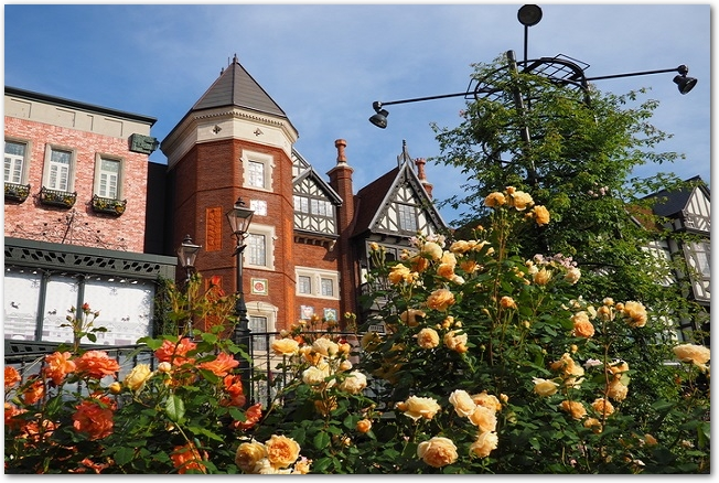 白い恋人パークの建物とバラの様子
