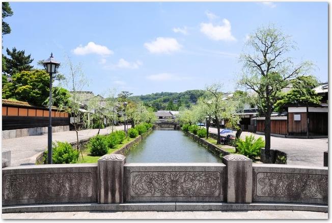 倉敷美観地区の倉敷川と両脇の柳並木