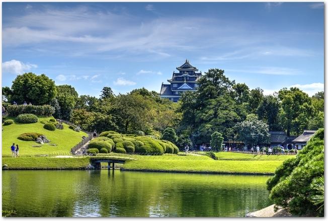 晴れた日の岡山城と後楽園の風景