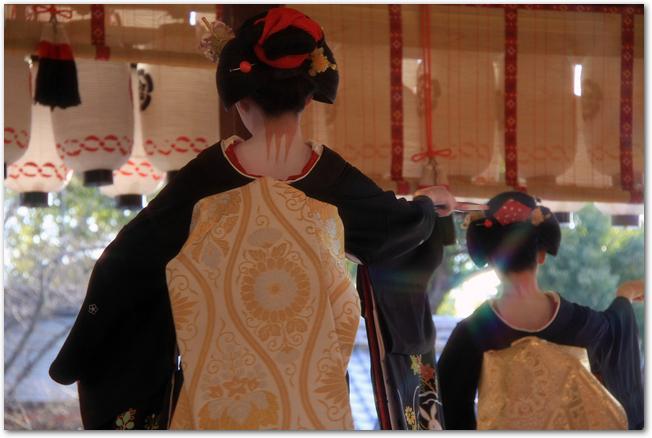 節分の八坂神社で舞踊奉納をする舞妓さんの様子