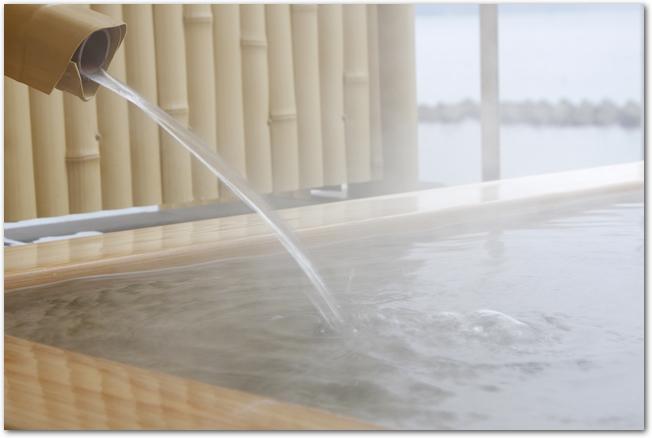 檜の露天風呂に温泉のお湯が入っている様子