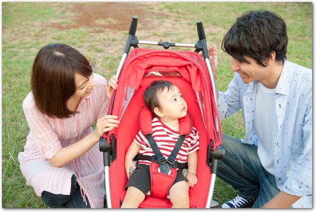 ベビーカーに乗る赤ちゃんと両親