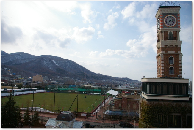 白い恋人パークの時計塔とサッカー場