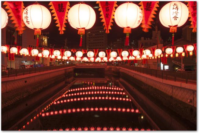 長崎ランタンフェスティバルのランタンが川の水面に映る様子