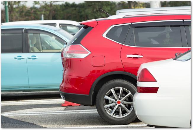 駐車場に停められた赤い乗用車
