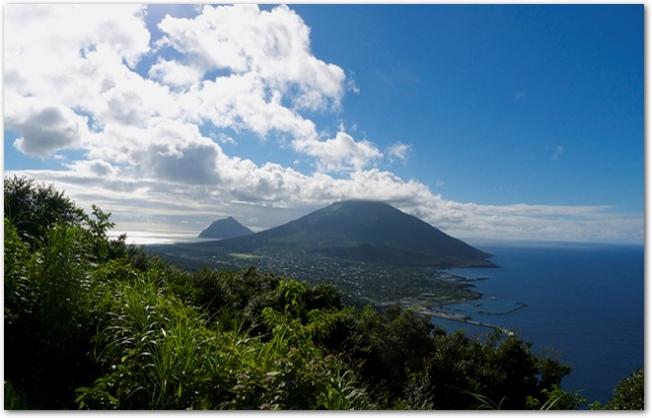 晴れた日の八丈島と八丈小島