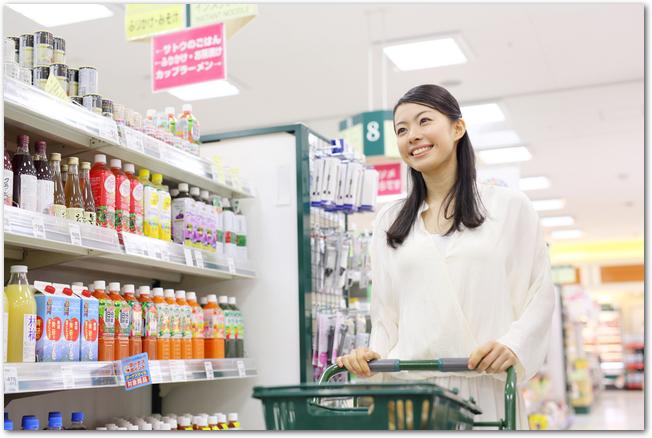 スーパーでカートを押しながら買い物をする女性の様子