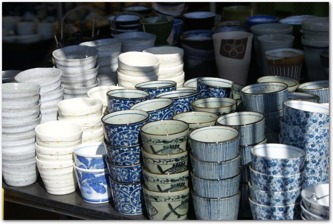 有田陶器市に並ぶたくさんの有田焼の器