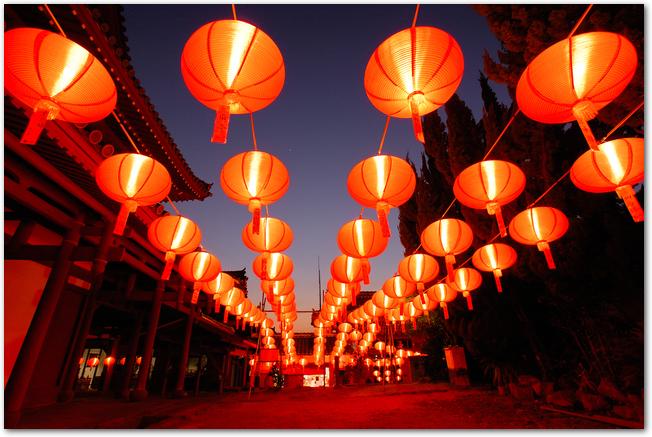 長崎ランタンフェスティバルのたくさんのランタンに灯が燈った様子