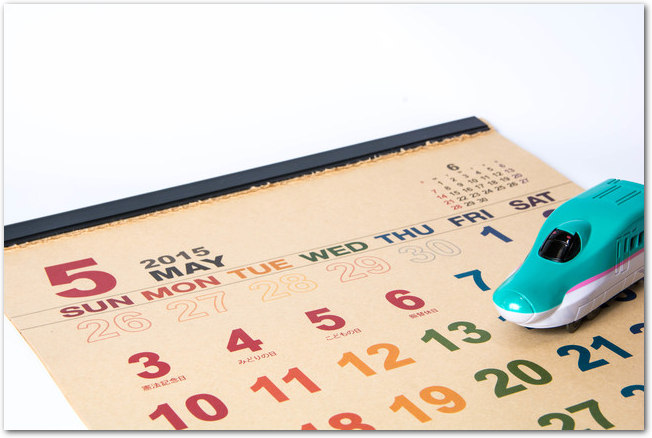 五月のカレンダーと新幹線の模型