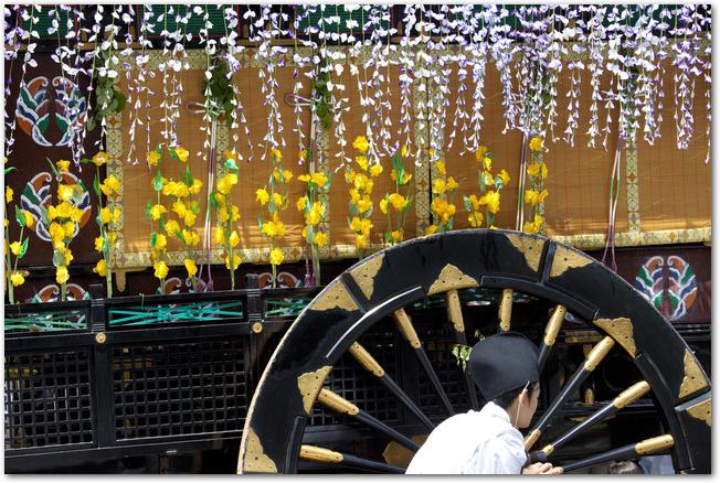 葵祭の藤の花が飾られた牛車
