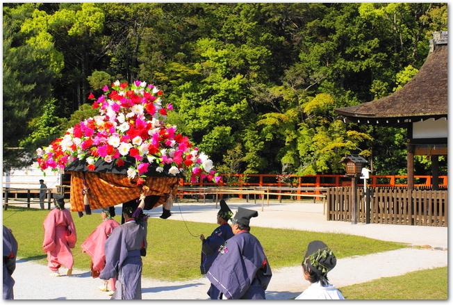 葵祭の斎王代列の行列が通り過ぎていく様子
