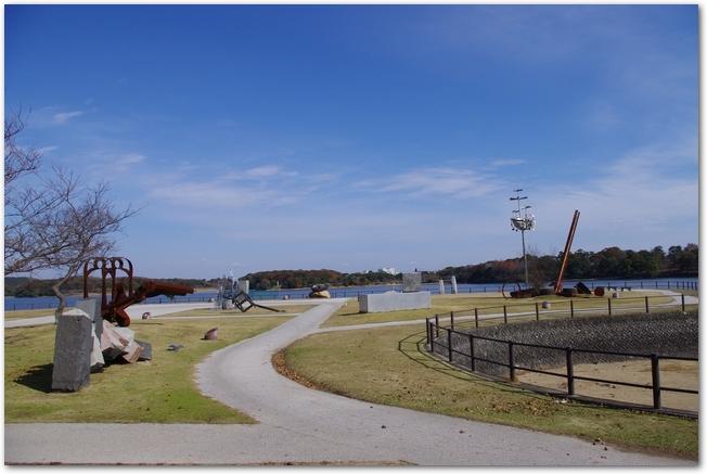 遊歩道がある常盤公園の園内の様子