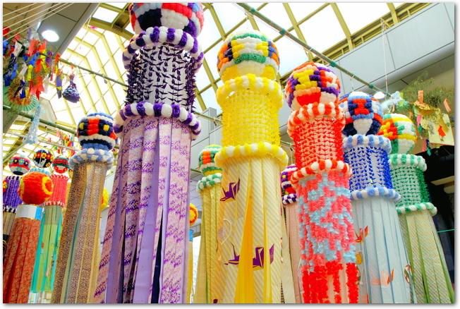 仙台七夕まつりのカラフルな笹飾りが吊るされている様子