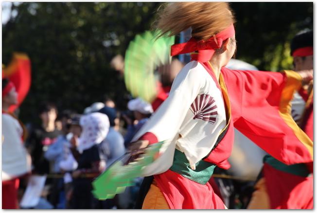 扇を手にしてYOSAKOIソーラン祭りで踊る踊り子たち