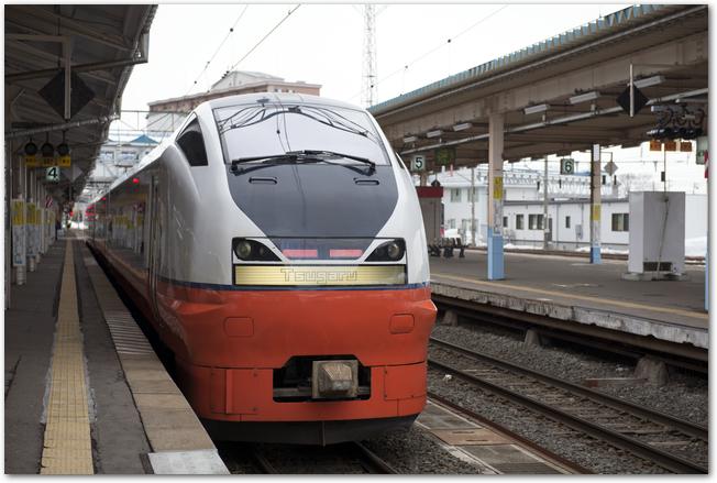 青森駅のホームに電車が止まっている様子