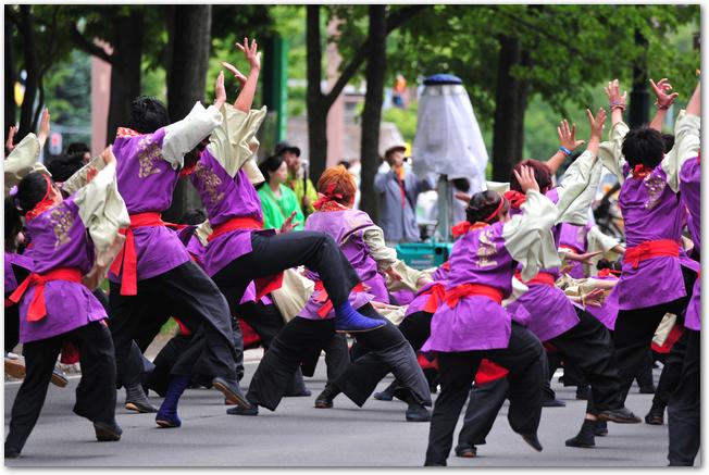 2015年のYOSAKOIソーラン祭りで踊っている踊り子たちの様子