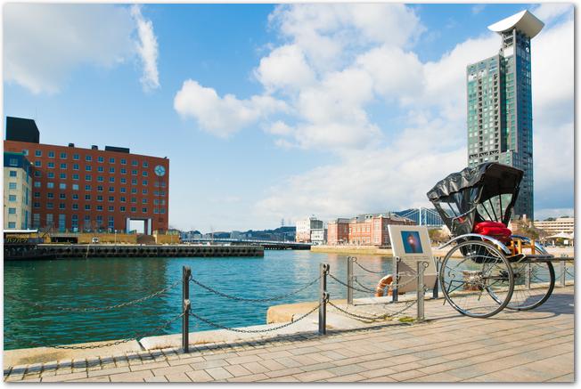 人力車が置いてある門司港レトロ地区の風景