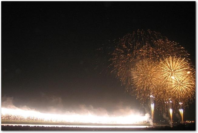 長良川に打ち上げられている金色の花火