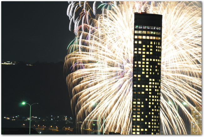 琵琶湖花火大会の打ち上げ花火と大津プリンスホテルの建物