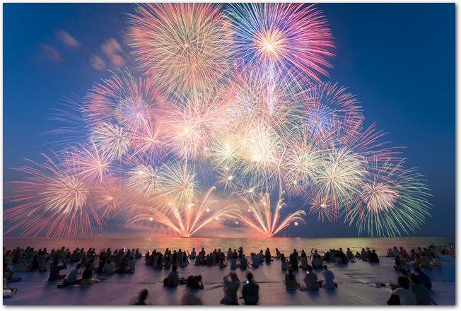 琵琶湖花火大会で琵琶湖の上に上がる打ち上げ花火