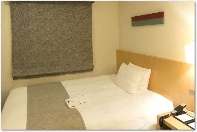 ホテルのシングルルームのベッド