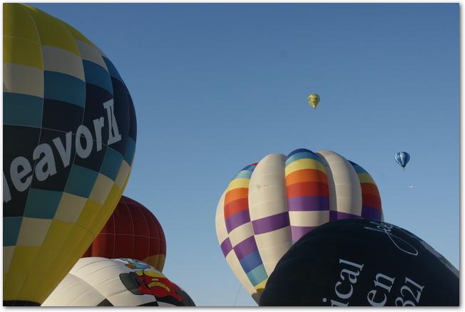テイクオフしていくカラフルな気球たち