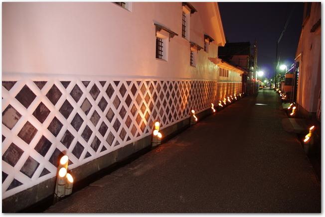 萩の竹灯路の灯りに照らされた白壁の街並み