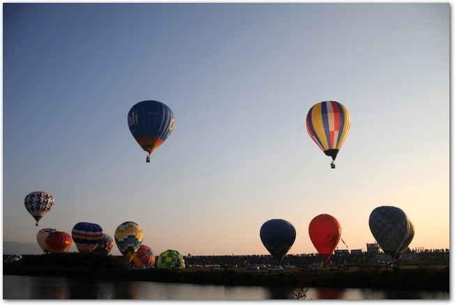 佐賀バルーンフェスタで青空を飛ぶたくさんの気球