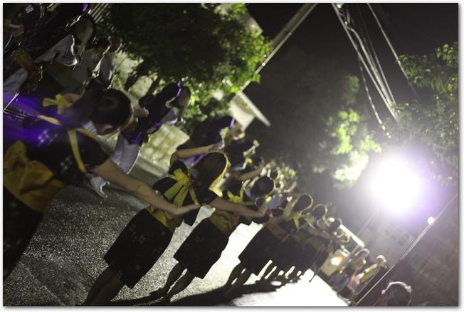 夜にエイサーを踊る子供たちの様子