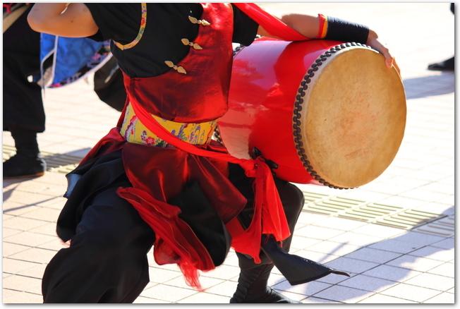 エイサーを踊る観客の女性
