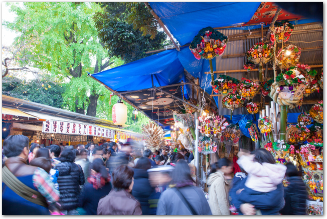 酉の市開催中の花園神社の人混みと屋台の様子