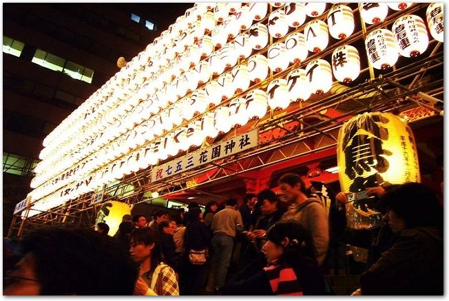 酉の市開催中の夜の花園神社の提灯