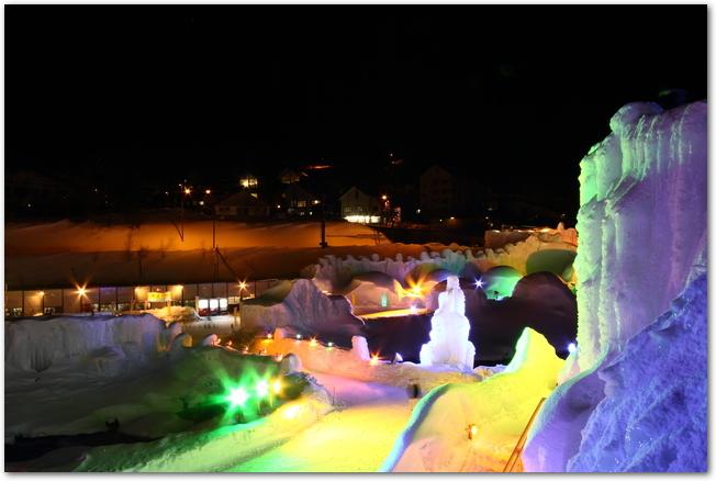 層雲峡氷瀑まつり開催中の様々な色にライトアップされた層雲峡の夜景