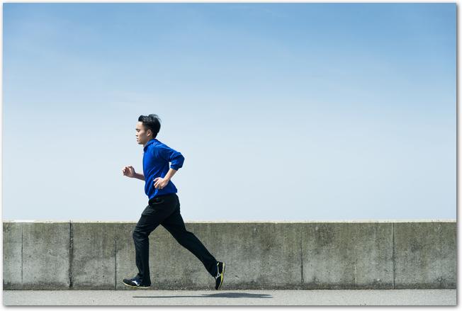 海沿いの道を走るマラソンランナー2人